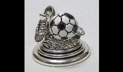 Футбольный трофей с черно-белым мячом