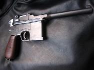 Пистолет системы Маузер, накладки на рукояти из дерева.