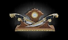 Композиция украшенная ВЛАСТЕЛИН с часами и двумя ножами